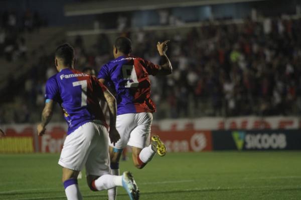 Jenison comemora o gol do Paraná contra o Vila Nova