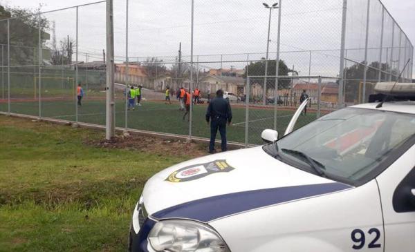 Partida de futebol em bairros de Curitiba: dispersão