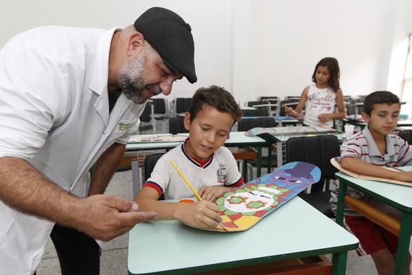 Toto Lopes 'fazendo arte' com um de seus alunos
