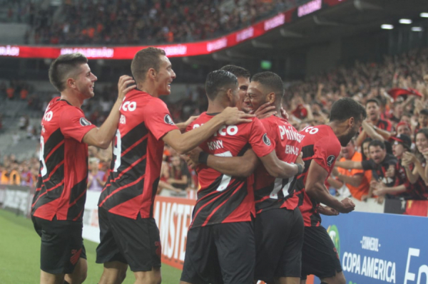 Jogadores do Athletico comemoram gol na Arena