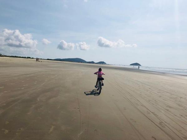 Praia de Pontal do Sul. Ao fundo, a Ilha do Mel