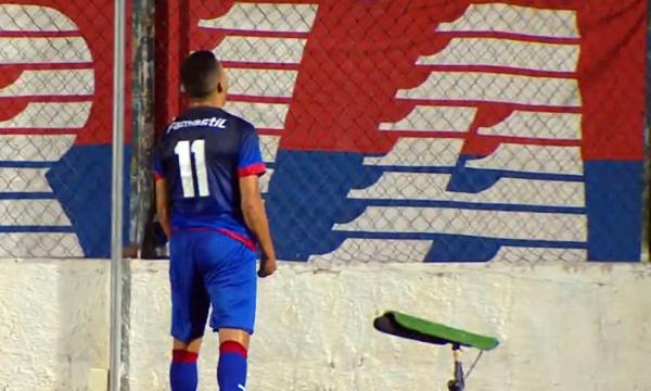 Bruno Rodrigues comemora o gol junto à torcida do Paraná
