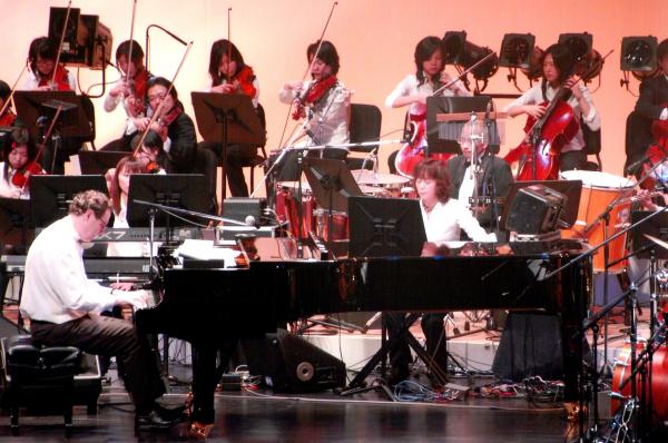 Com duração de 1h40m, o concerto inclui composições de grandes nomes da música universal