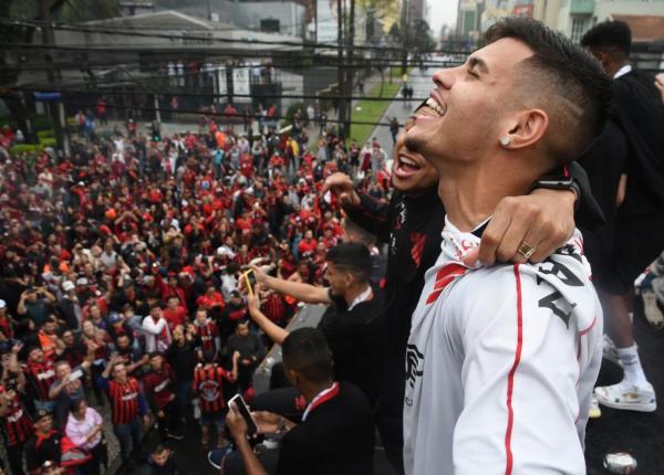 Bruno Guimarães festeja em Curitiba