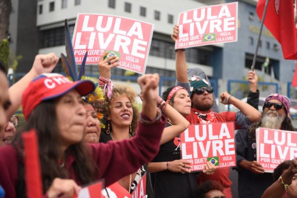Manifestantes em frente à sede da PF em Curitiba: expectativa