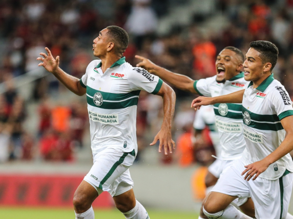Igor Jesus puxa a fila para comemorar o primeiro gol do Coritiba na partida
