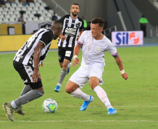 Andrey enfrenta a marcação do Botafogo