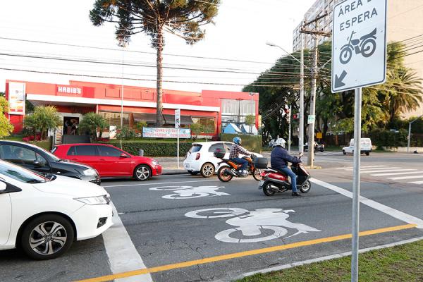 """Semáforos com """"motocaixas"""" já estão presentes na Avenida Kennedy"""