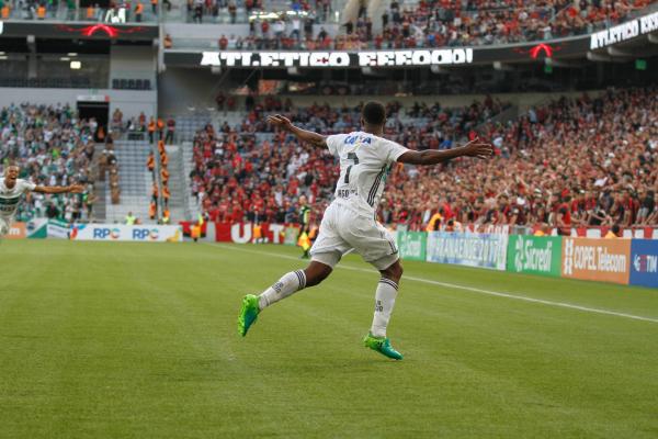 Iago Dias comemora gol no Atletiba da final do Paranaense de 2017, na Arena da Baixada