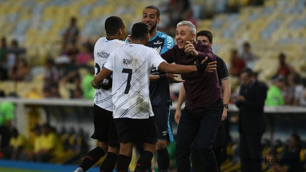 Rony e Madson comemoram com Tiago Nunes, no Maracanã
