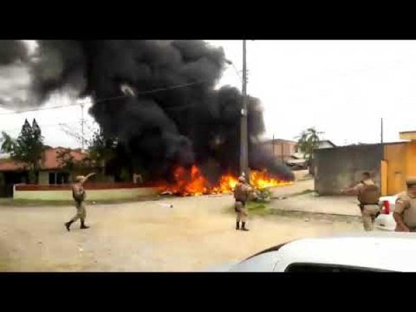 Helicóptero cai após suposto sequestro em SC e deixa 3 mortos