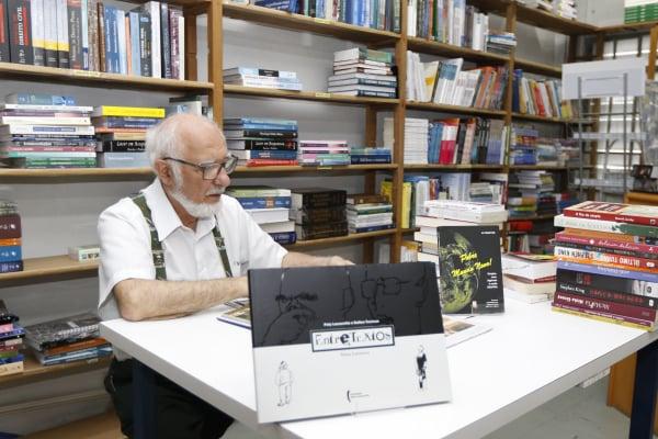 Aramis Chain em sua livraria: resistência
