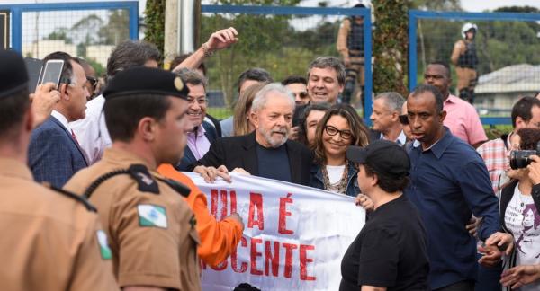 """Lula: """"Não pensei que no dia de hoje, eu poderia estar aqui conversando com homens e mulheres que durante 580 dias ficaram aqui"""""""