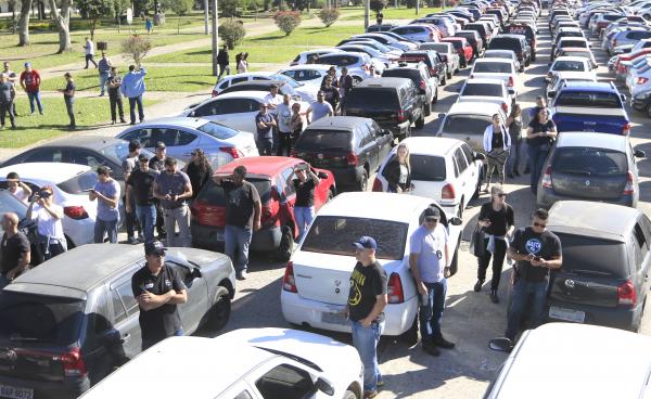 Policiais 'entregam' viaturas no Palácio Iguaçu