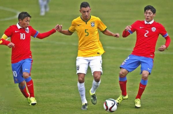 Guilherme Nunes (ao centro) em jogo da seleção brasileira sub-17