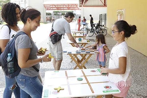 Dia de brincadeiras na Regional Cajuru no primeiro dia do Festival