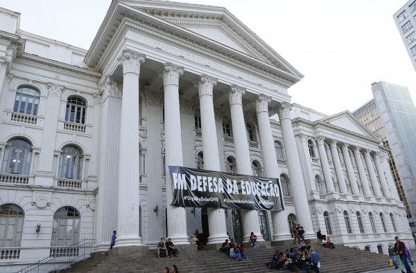 Faixa na UFPR: em defesa da educação
