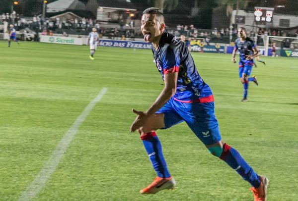 Bruno Rodrigues comemora gol pelo Paraná Clube: de volta ao time