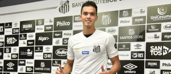 Aguilar na chegada ao Santos, em janeiro de 2019