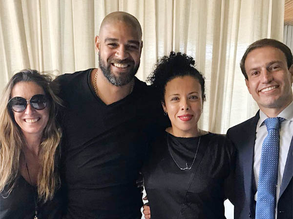 Adriano (ao centro)