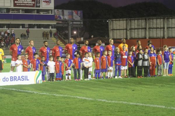 Jogadores do Paraná Clube antes do confronto com o Bahia de Feira