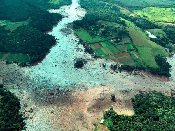 egundo o Corpo de Bombeiros de Minas Gerais, aproximadamente 300 pessoas estão desaparecidas e 189 foram resgatadas com vida na região