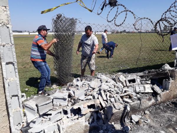 Buraco em muro provocado por colisão de avião: duas pessoas feridas