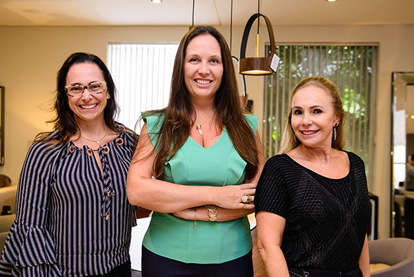 As arquitetas Fabiola Mourão e Clarice Volpi ao lado da empresária Sonia Elias