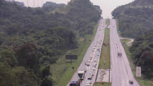 Fim de feriado lota rodovias que cortam o Paraná; acompanhe o movimento