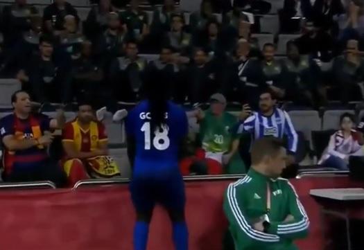 Gomis comemora gol acenando para Jorge Jesus