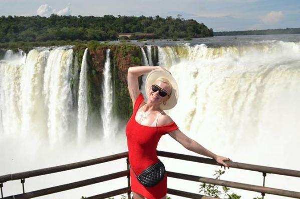 Kate Perry desembarca na fronteira e visita as Cataratas do Iguaçu