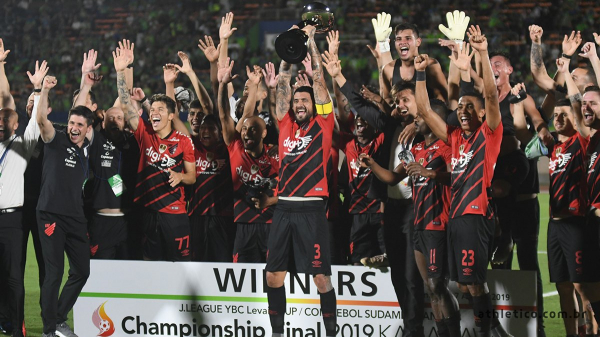 Athletico ergue o troféu