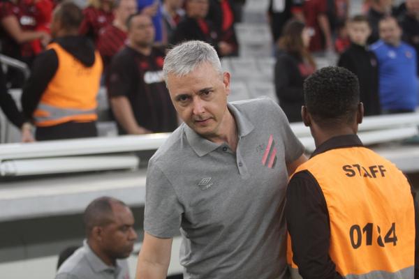 "Tiago Nunes: ""O jogador ruim reclama, porque a bola é mais rápida"""