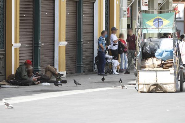 Moradores de rua e carrinheiros em Curitiba: mais gente vive na pobreza no Paraná