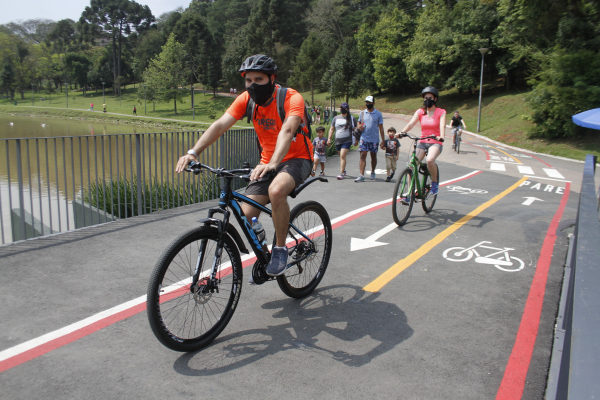 Com domingo de tempo bom, curitibano pega a bike. Faz calor nos próximos dias