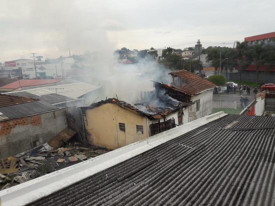 Incêndio destrói casa no Uberaba, em Curitiba; há suspeita de ato criminoso