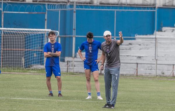 O técnico Allan Aal comanda treino no Paraná Clube
