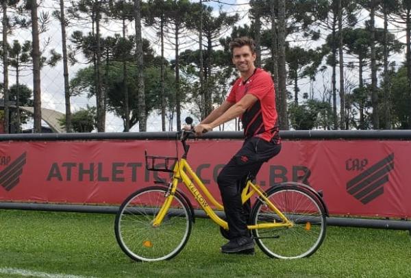 O zagueiro Paulo André, do Athletico, usa uma bicicleta da Yellow no CT do Caju