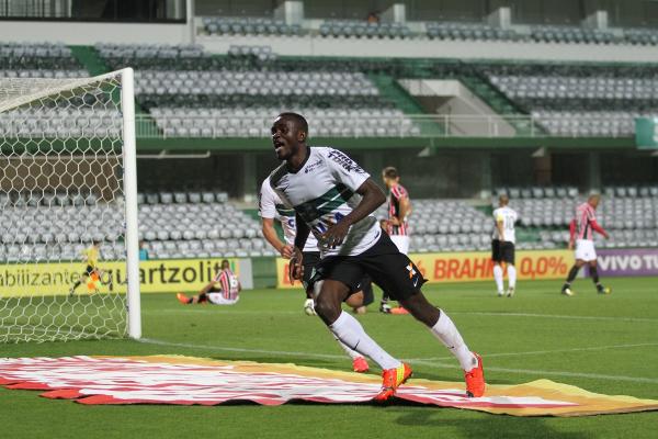 Joel comemora gol contra o São Paulo, pelo Coritiba, em 2014