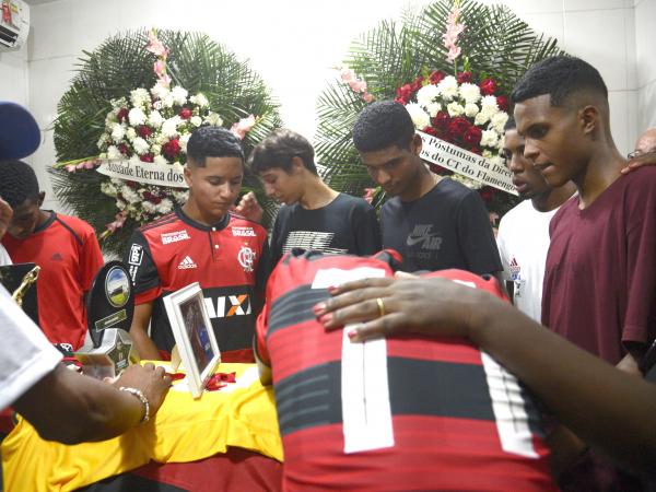 Enterro do goleiro Christian Esmério, de 15 anos, ontem no RJ
