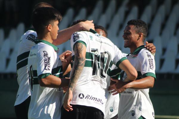 Jogadores do sub-20 comemoram gol no Couto Pereira