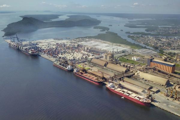 Porto de Paranaguá: segundo empresa,g uarda portuária e a equipe médica verificaram navio alvo de boatos nas redes sociais