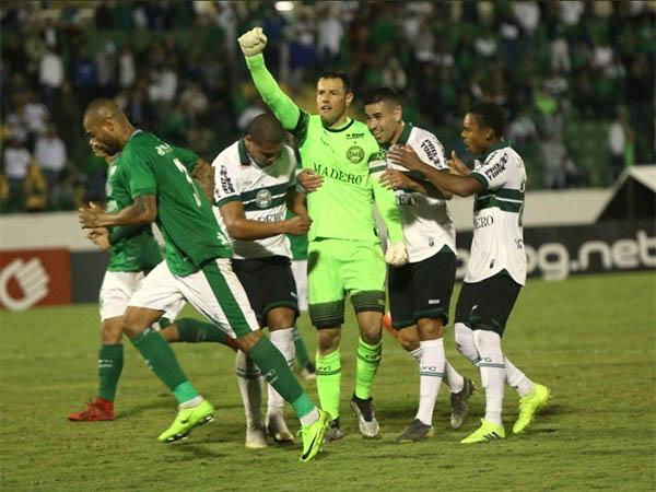 Jogadores do Coritiba comemoram o gol do goleiro Wilson