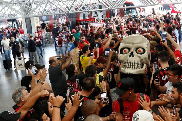 Torcedores recebem os jogadores do Athletico no Aeroporto Afonso Pena