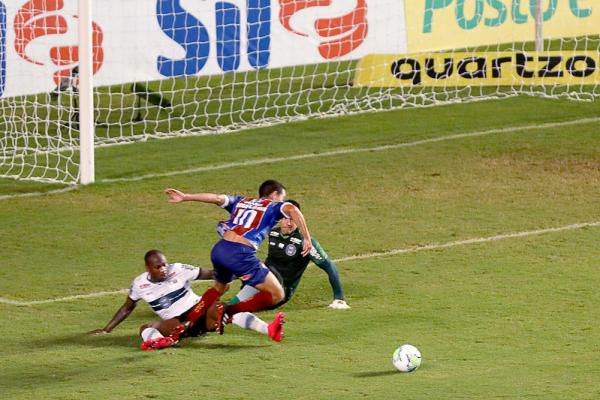 Sassá derruba Rodriguinho dentro da área no primeiro tempo, em lance que decidiu a partida