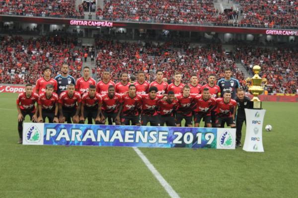 O time de aspirantes do Athletico Paranaense, antes do jogo com o Toledo