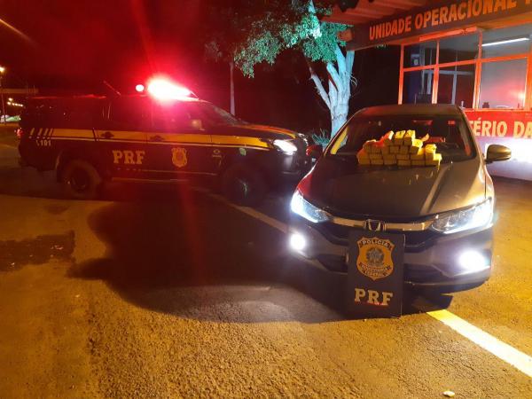A droga e o carro apreendidos pela PRF