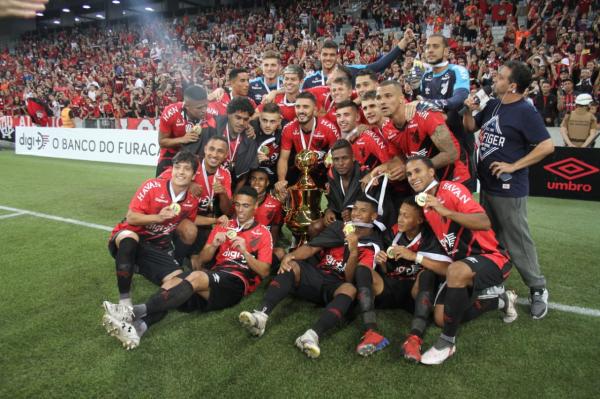 Jogadores do Athletico comemoram o título
