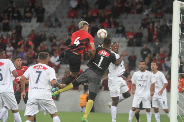O zagueiro Danilo Boza, do Athletico, enfrenta o PSTC