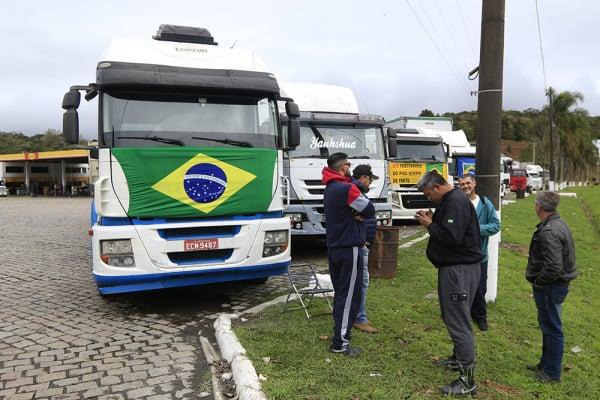 Dezenas de caminhoneiros participaram de ato, nesta segunda-feira, na BR-116